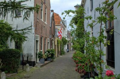 Alkmaar, Sint Jacobstraat, met links een huis met gevelsteen met jaartal 1593 (© Jan Dijkstra, Houten)