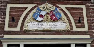 In Alkmaar kun je meer dan 100 fraaie gevelstenen bewonderen (zie de link onder het kopje Bezienswaardigheden), zoals deze aan het 'Provenhuis' (Zevenhuizen 13). (© Jan Oosterboer)