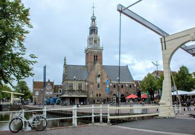 Vanaf de brug over de Voordam in Alkmaar zien we het Waagplein (© Jan Dijkstra, Houten)