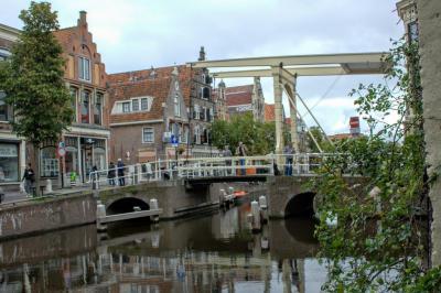 Vanaf de Wijde Glop in Alkmaar zien we de brug over de Luttik Oudorp (© Jan Dijkstra, Houten)