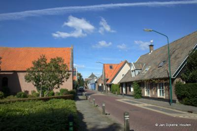 Het is rustig op straat in het dorp Almkerk in de Kruisstraat