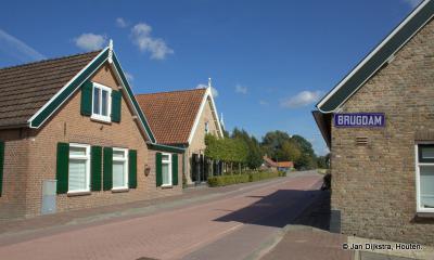 In het dorp Almkerk, op de Brugdam