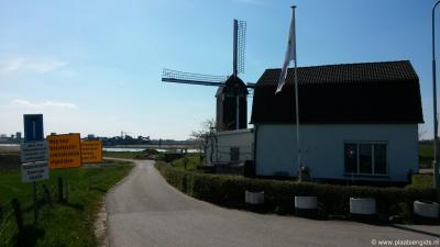 De weg naast standerdmolen Tot Voordeel en Genoegen in Alphen leidt naar de imposante waterkrachtcentrale van de NUON in de Maas.