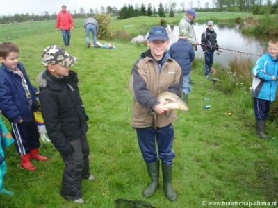 Onderdeel van het opknappen van de vijver in Altena was het elders vangen van vissen om ze in de vijver weer uit te zetten. Erwin heeft daarbij de grootste vis gevangen, die hij op de foto trots toont.