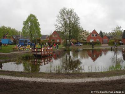 De vijver in Altena - met op de foto op de achtergrond huizen aan de Vijverstraat - is in het voorjaar van 2010 opgeknapt en feestelijk 'heropend'.