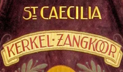 Muziekverenigingen, maar bijv. ook zangkoren, hebben vaak prachtig geborduurde vaandels. Dit is een detail van het vaandel van Kerkelijk Zangkoor Sint Caecilia uit 'dorp in de stad' Amby bij Maastricht.