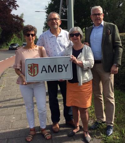 Na de herindeling, waarbij Amby in Maastricht is opgegaan, zijn de plaatsnaamborden verwijderd. De inwoners, die hier 'not amused' over waren, hebben geijverd voor terugkeer van naamborden. Op 24 mei 2017 zijn ze geplaatst. (© www.facebook.com/amyerpraot)