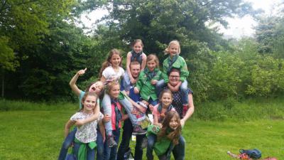 Bij Scouting Amby kunnen alle kinderen, jeugd en jongeren van 5 t/m 23 jaar terecht, want ze hebben er groepen Bevers, Welpen, Kabouters, Verkenners, Gidsen, Seniorscouts, Explorers en Pivo's. (© www.scoutingamby.nl)