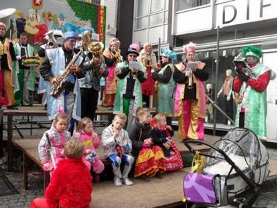 Zaate Herremenie Beejein Gesjraveld zorgt voor de vrolijke muzikale noot tijdens het carnaval in Amby. (© www.beejeingesjraveld.nl)