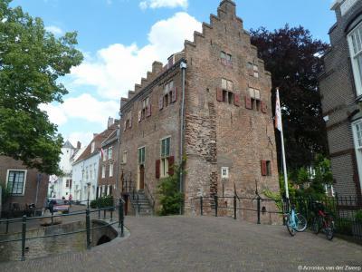De muurhuizen in de gelijknamige straat in de oude binnenstad van Amersfoort waren onderdeel van de eerste stadsmuur. Aan de Muurhuizen staan maar liefst 60 rijksmonumentale panden, waarvan deze, Huis Tinnenburg op nr. 25, de bekendste is.