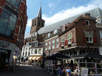 Amersfoort, rijksmonumentaal rijtje panden op Zevenhuizen 1/3/5/7 in de oude binnenstad, met daarachter de grootste, imposantste, oudste en bekendste kerk van de stad: de Sint Joriskerk op de Hof.