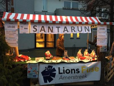 """Lions Fuse Amerstreek hanteert het Lions Clubs-motto: """"We Serve"""", met een focus op iedereen mee laten doen in de gemeenschap. Ze organiseren bijv. allerlei evenementen met opbrengst voor een lokaal goed doel, zoals de Santa Run in december in Made."""