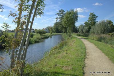 Het is heerlijk wandelen daar langs de rivier de Alm waaraan Almkerk zijn naam heeft te danken