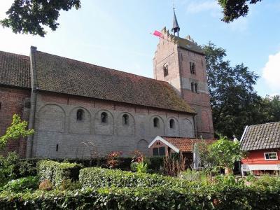 Hét pronkstuk van Anloo is de Magnuskerk, waarschijnlijk de oudste kerk van Drenthe. Het oudste deel is het tufstenen schip, dat dateert van rond de 11e eeuw. (© Harry Perton / https://groninganus.wordpress.com/2020/09/12/rondje-gasselternijveen)