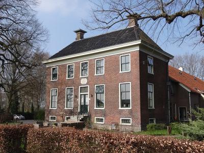 Het rijksmonumentale, imposante Grevijlinkhuis uit 1785 in Annerveenschekanaal is sinds 2015 een appartementencomplex voor jongeren met een licht verstandelijke beperking. (© Harry Perton/https://groninganus.wordpress.com)