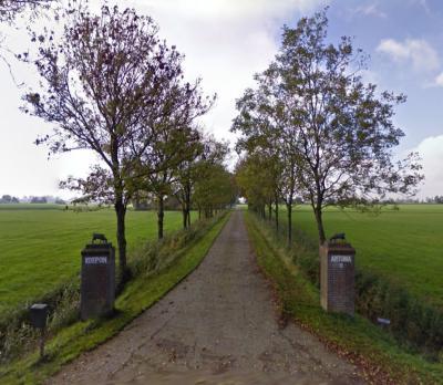 Binnen de grenzen van de plaatsnaambordjes Antum staat maar een boerderij, genaamd Antuma (van de firma Koepon), die genoemd is naar de familie die hier in de 19e eeuw heeft gewoond, en die zich op haar beurt naar de wierde Antum heeft genoemd. (© Google)