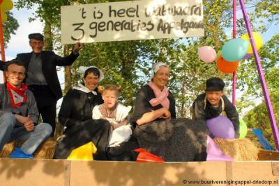 De buurtschappen Appel en Driedorp zijn trots op hun basisschool De Appelgaard en hebben het 100-jarig bestaan in 2006 dan ook uitbundig gevierd met o.a. een optocht, waar dit een van de wagens van is.