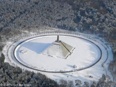 Een foto die je tegenwoordig nog maar zelden kunt maken: de Pyramide van Austerlitz in de sneeuw...