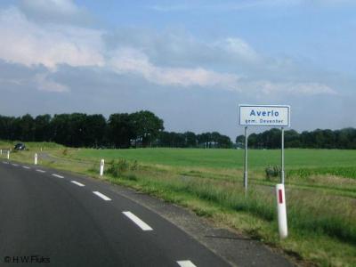 De buurtschap Averlo heeft eigen plaatsnaamborden, evenals buur-buurtschap Frieswijk, maar in de praktijk zijn ze een tweelingbuurtschap die allerlei voorzieningen deelt en gezamenlijk activiteiten onderneemt. Op deze pagina kun je daar alles over lezen.
