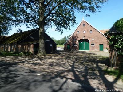 Avest is een zeer landelijk gelegen buurtschap - aanbevelenswaard om eens doorheen te wandelen of te fietsen - met louter verspreid gelegen boerderijen, zoals dit fraaie exemplaar aan de Huurninkallee.