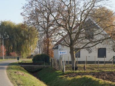 De inwoners van buurtschap Baal hebben de blauwe borden daarom vervangen door de voor buurtschappen buiten de bebouwde kom gebruikelijke witte plaatsnaamborden. Ziet er netjes uit! (© H.W. Fluks)
