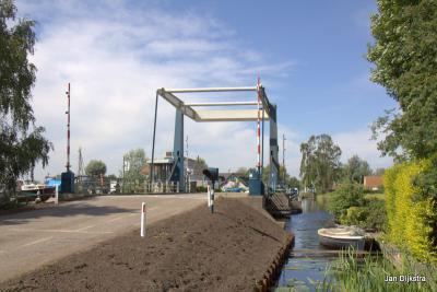 De Middenweteringbrug in Baambrugse Zuwe is een ophaalbrug, die voor het vaarverkeer de noordelijke en zuidelijke Vinkeveense Plassen met elkaar verbindt. Nadere informatie over deze brug vind je onder het kopje Bezienswaardigheden.