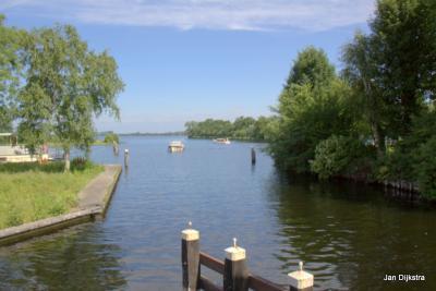 Een mooi uitzicht over de Vinkeveense Plassen vanaf de Middenweteringbrug in buurtschap Baambrugse Zuwe