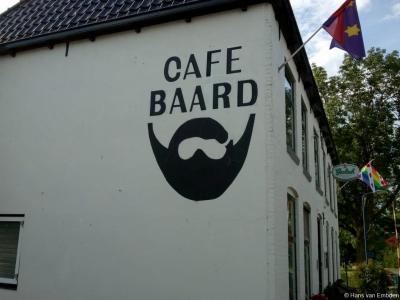 Uitbater Jaap Prins van Café Baard in het gelijknamige dorp heeft toepasselijk een stijlvolle baard (en snor). Bij tijd en wijle komen de leden van de  Dutch Beard and Moustache Association (DB&MA) hier bijeen om een borreltje te drinken en bij te praten.