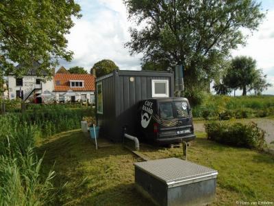 In 2019 Petra Dijkstra uit Rien het voormalige brugwachtershuisje bij de brug in Baard verbouwd en herbestemd tot 'De Kleinste Galerie van Nederland'.