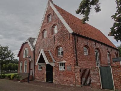 De Garnizoenskerk uit 1751 in Bad Nieuweschans is wel nog in functie, zij het niet meer als Garnizoenskerk maar als 'gewone' Hervormde (PKN) kerk. (© Harry Perton / https://groninganus.wordpress.com/2019/09/08/oldambtster-toertje-2)