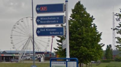 Het wordt tijd voor een cursus Nederlands voor de bordenmakers, met al die spelfouten. Als je Nieuweschans afkort moet dat met een kleine s, nu lijkt het of de plaats Bad Nieuwe-Schans heet (bord bij de oprit naar de A7 bij Zuidbroek anno 2015) (© Google)