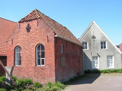 Bad Nieuweschans, de synagoge uit 1811 (links) is sinds 1925 niet meer als zodanig in gebruik (© Harry Perton/https://groninganus.wordpress.com)