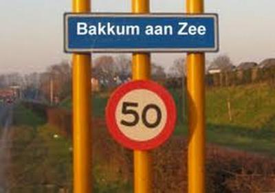 Volgens een weblog uit april 2011 zouden in dat jaar borden Castricum aan Zee uit protest door de Bakkummers overplakt zijn met de naam Bakkum aan Zee. Maar o.i. staan daar überhaupt geen borden, dus wellicht is dit als 1-aprilgrap 'gephotoshopt'?