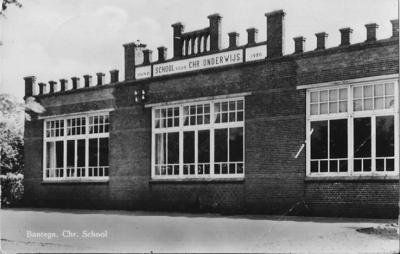 Het karakteristieke gebouw, uit 1920, van de christelijke lagere school in Bantega vindt na fusie met de openbare school gelukkig een zinvolle herbestemming tot Sociaal Cultureel Centrum De Pomp, dat sindsdien het bruisende dorpshart is.