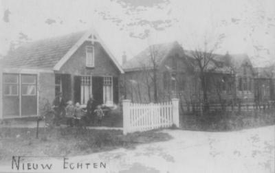 Bantega werd voor het zijn huidige naam kreeg ook Nieuw Echten genoemd (naar het N buurdorp Echten), getuige deze ansichtkaart van de toenmalige Openbare lagere school aan de Middenweg.