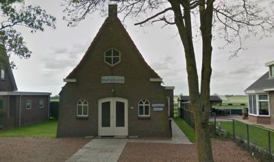 Rehobothkerk, van de Vrije Evangelische Gemeente Bantega gebouwd in 1947. Dat ging bepaald niet van een leien dakje, daar moest men heel wat voor doen. Ook de voorgaande kerkjes hebben een bijzondere geschiedenis. Zie verder kopje Geschiedenis. (© Google)