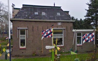 Zo te zien worden nieuwe inwoners in Bantega hartelijk verwelkomd met een versierde tuin met daarin o.a. een fraaie vlag 'Wolkom yn Bantegea'. Dit is althans wat de Google-fotograaf aantrof op de hoek Middenweg / Bandsloot in nov. 2010. (© Google)