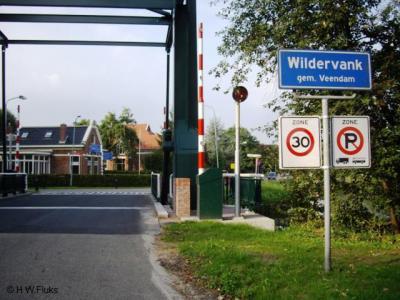 De ophaalbrug in Bareveld, met uitzicht op het Groningse deel van het dorpje, dat alleen aan het straatnaambordje Bareveld als zodanig te herkennen is.