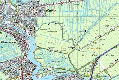 Buurtschap Bartelsluis, gelegen rond en genoemd naar de gelijknamige sluis, ligt voor de postadressen 'in' Wormer, maar ligt er, zoals je ziet, in de praktijk net buiten, in Polder De Engewormer, N van de wereldberoemde Zaanse Schans. (© Kadaster)
