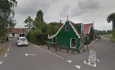 Het markante 18e-eeuwse groene houten huisje op Engewormer 6 in Bartelsluis. De inwoners houden regelmatig hun hart vast voor ongelukken, omdat niet alleen auto's, maar ook vrachtverkeer zich over de smalle brug en de smalle weg Engewormer wurmt.