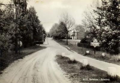 Bij de overdracht van Batadorp aan de gemeente, in 1978, heeft zij de plaatsnaamborden verwijderd. Waarom is ons een raadsel: het dorp bestaat nog en bij een plaats(naam) horen plaatsnaamborden, dus wat ons betreft mogen die wel weer terugkomen (hint).
