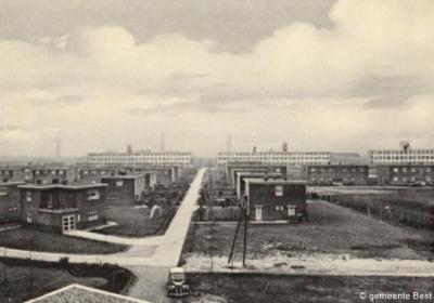 Batadorp, kort na de bouw, met de fabriek op de achtergrond