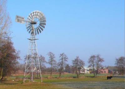 Zo'n windmolen als op de foto is een 'windmotor', en wordt vaak Amerikaanse windmotor genoemd omdat ze doorgaans van Amerikaans fabrikaat zijn. Deze windmotor in Beers is echter van het merk Southern Cross uit Australië. (© Leo van der Drift)