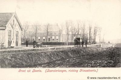 Beersterhoogen, buurtschapsgezicht, met links het voormalige tramhuis. Dit huis en de boerderij ernaast staan er nog altijd.