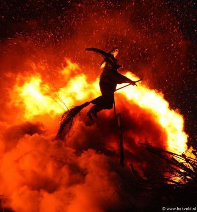 Bekveld is een van de buurtschappen waar men nog de traditie van het paasvuur kent. In de weken voorafgaand aan Pasen wordt een gigantische hoop tuinafval verzameld, de zogeheten 'baoke'. Op 1e Paasdag wordt deze in de brand gestoken, inclusief heks.