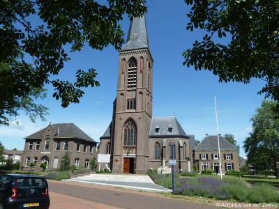 Dé trots van Beltrum is de RK kerk Onze Lieve Vrouwe Tenhemelopneming, met links het gebouw van de H. Gerardus Majella Stichting en rechts de oorspronkelijke pastorie uit 1853. Architecten Wennekers en Tepe hebben er niet onverdienstelijk aan gesleuteld.