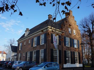Bij kasteel De Klinkenberg staat het eveneens rijksmonumentale huis Brugdijk. Bemmel heeft slechts 11 rijksmonumenten, omdat veel monumentale panden in de Tweede Wereldoorlog zijn verwoest. (© H.W. Fluks)
