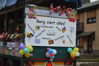 Zou er in Berg aan de Maas ook nog wel gewerkt worden? Zo te zien vieren ze daar het hele jaar door feest... In ieder geval werken ze hard om prachtige kostuums en wagens voor het carnaval en het Oogstdankfeest te maken :-) (© www.cvdelombokkers.nl)