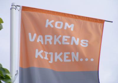 Stichting Varkens in Zicht wil door openstelling van varkensbedrijven de varkenshouderij inzichtelijk maken. Door ramen kun je zelf zien en ervaren hoe de varkens gehouden en verzorgd worden. Op borden staat informatie over de boerderij en de varkens.