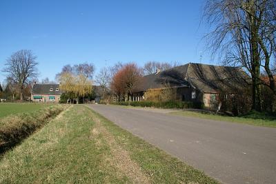 Anno 2017 is in buurtschap Berkeind aan de Schoorweg alleen de boerderij links op de foto nog overgebleven. Verder staan er nog twee boerderijen aan de Vosheining. (© Martijn de Rooij, Tilburg)